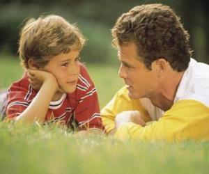 Puzzle Papa parle à son fils dans le parc