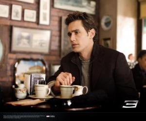 Puzzle Peter Parker,  assis réfléchie à cafetria de New York