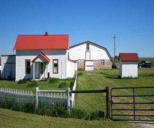 Puzzle Petite ferme ou maison de ferme avec le puits à eau et son clôture