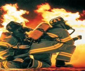 Puzzle Pompier avec un genou sur le sol et le tuyau prêt