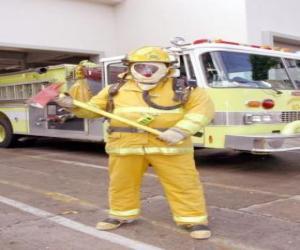 Puzzle Pompier entièrement équipées avec la hache à la main contre le camion
