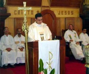 Puzzle Prêtre derrière le lutrin