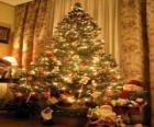 Sapin ou arbre de Noël décoré avec des étoiles, les boules de couleur et bâtons de bonbons