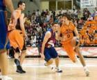 Jouant un jeu de basket-ball