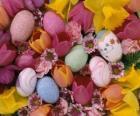 Les lapins avec des oeufs de Pâques
