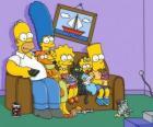 Famille Simpson sur le canapé à la maison