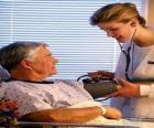 Docteur ou médecin en explorant à un patient