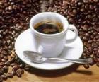 Tasse de café au lait avec soucoupe et la cuillère