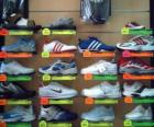 Chaussure de sport ou baskets, en cuir ou en toile avec semelles en caoutchouc