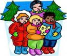 Enfants en chantant des chants de Noël dans la rue