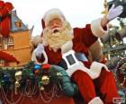 Pére Nöel en agitant sa main du traîneau magique chargé de cadeaux