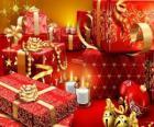 Cadeaux de Noël avec une bougie allumée la nuit de Noël
