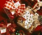 Cadeaux de Noël décoré avec des rubans