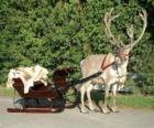 Un renne de Noël tirant un traîneau