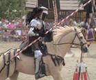Chevalier en armure et avec sa lance prêt monté sur son cheval, également protégé par l'armure