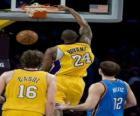 Joueur de basket réalisant un dunk