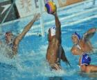 Waterpolo - joueur prêt à finir devant le gardien de but
