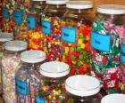 Récipients de verre de différentes sortes de bonbons