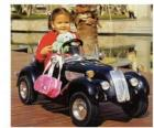 Fille d'une voiture jouet classique