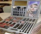 Boîte de maquillage avec des pinceaux et rouges