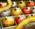 Jeu de boules de Noël avec différentes décorations