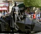 Batman dans son Batmobile