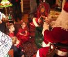 Enfant à parler au Père Noël