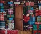 Filles qui entrent dans une pièce remplie de cadeaux