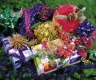Cadeaux de Noël décoré avec des rubans et des feuilles de sapin