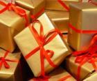 Tas de cadeaux de Noël avec des rubans rouges