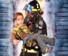 Pompier tenant un enfant dans les bras de