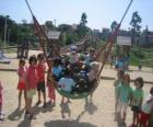 Groupe d'enfants jouant dans le parc