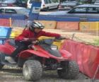 Jeune fille conduisant un quad
