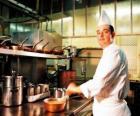 Chef cuisinier préparation d'un plat