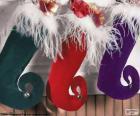 Chaussettes de Noël suspendus et plein de cadeaux
