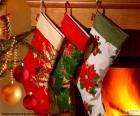 Chaussettes de Noël avec décoration et accrochés au mur de la cheminée