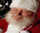 Heureux avec son chapeau de Père Noël et à la barbe blanche