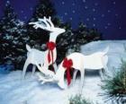 Deux rennes en bois avec un arc rouge sur une décoration de Noël