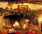 Cheminée avec le feu allumé et les décorations de Noël