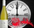 Horloge à 12 heures du soir, une bouteille de vin et le traîneau du père noël