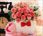 Panier de roses roses et des cœurs