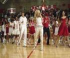 Gabriella Montez (Vanessa Hudgens) Troy Bolton (Zac Efron), Ryan Evans (Lucas Grabeel), Sharpay Evans (Ashley Tisdale) dansant et chantant