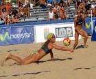 Beach Volley - Lecteur de sauver une balle dans les yeux de son compagnon
