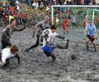Jeux olympiques de boue, ou Wattolumpiad, se battent dans les marais de la rivière Elbe