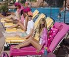 Ryan Evans (Lucas Grabeel), Sharpay Evans (Ashley Tisdale) dans la piscine