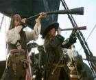 Le capitaine du navire pirate en regardant un autre navire avec le télescope
