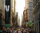 Une rue dans la ville de New York avec de grands immeubles et gratte-ciels