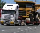 Camion, transportant une grosse benne