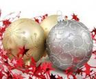 boules de Noël décoré d'étoiles et un ruban