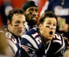 Les joueurs e football américain assis sur le banc